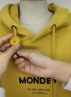 Amazing Tricks And Tutorials to Hoodie String Knots Ideas Amazing Clothing hacks videos Hoodie Knots String Tricks tutorials Sewing Hacks, Sewing Tutorials, Sewing Diy, Sewing Projects, Diy Fashion Hacks, Diy Fashion Videos, The Knot, Diy Clothes Videos, Diy Crafts Hacks
