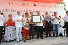 El gobernador Javier Duarte de Ochoa y su esposa Karime Macías de Duarte recibieron el diploma que otorgó la UNESCO a la ceremonia ritual de los voladores de Papantla como Patrimonio Cultural Inmaterial de la Humanidad.