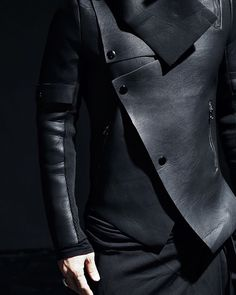 Men's Leather Jackets: How To Choose The One For You. A leather coat is a must for each guy's closet and is likewise an excellent method to express his individual design. Leather jackets never head out of styl Dark Fashion, Leather Fashion, Mens Fashion, Street Fashion, Cyberpunk Fashion, Looks Black, Future Fashion, Jacket Style, Jacket Men