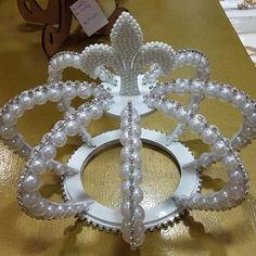 A pedidos, fizemos a coroa de Topo de bolo na cor branca, disponível no Ateliê…