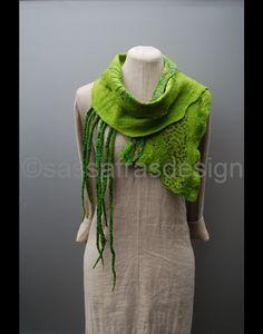 Wunderschöner, handgefilzter Schalkragen mit einzigartig gestalteter Oberfläche und hinreissenden grünen Farbtönen. Das ausgefallende Stück ist weich, federleicht, angenehm wärmend und auf immer...