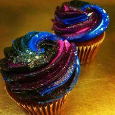 Galaxy Cupcakes More (galaxy desserts) Galaxy Cupcakes, Galaxy Cake, Space Cupcakes, Galaxy Desserts, Cupcake Recipes, Dessert Recipes, Cupcakes Decorados, Delicious Desserts, Yummy Food