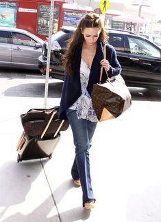 Jennifer Love Hewitt Duffle Bag - Jennifer carries all her travel essentials in this much needed LV monogram bag. Star Fashion, Boho Fashion, Fashion Looks, Fashion Outfits, Womens Fashion, Street Fashion, Jeniffer Love, Melinda Gordon, Jennifer Love Hewitt