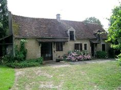 This lovely French cottage is located in a beautiful hamlet between Montagne-au-Perche and Mauves-sur-Huisine, around nine miles from Belleme.