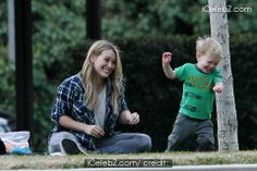 Hilary Duff spotted playing with son Luca and leaving hair salon http://www.icelebz.com/events/hilary_duff_spotted_playing_with_son_luca_and_leaving_hair_salon/