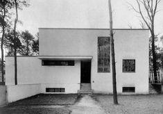 Bauhaus House Dessau, Germany by Walter Gropius & Marcel Breuer Design Bauhaus, Bauhaus Art, Bauhaus Style, Architecture Classique, Architecture Résidentielle, Classic Architecture, Walter Gropius, Art Deco Buildings, Modern Buildings