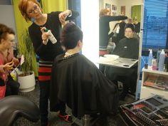 Valmistelu illan hiusmuotinäytökseen