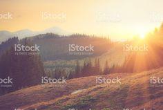 Beau printemps paysage de montagne au lever du soleil. photo libre de droits