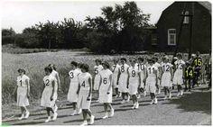 0214925 Coll. Chr. Warnar Asten : De door wandelclub Links en Links georganiseerde wandeltocht : Op de achtergrond het huis van Paul Snijders. 1954