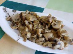 Nakrájejte houby na kousky přibližně 2 až 3 cm. Šalotku nakrájejte do úzkých proužků (člunů) a česnek na tenké plátky. Vložte houby do hrnce,... Stuffed Mushrooms, Canning, Vegetables, Food, Stuff Mushrooms, Home Canning, Vegetable Recipes, Eten, Veggie Food