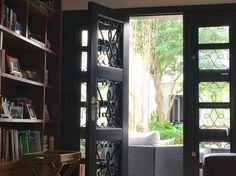 Portas / madeira e ferro / restauro / laca preta
