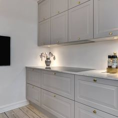 Shaker Kitchen, Kitchen Reno, Kitchen Dining, Kitchen Cabinets, Apartment Interior Design, Diy Interior, Kitchen Interior, Grey Kitchens, Home Kitchens