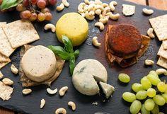 Poucos sabem, mas existem queijos vegetais deliciosos sem lactose e sem ingredientes de origem animal. Feitos com amêndoas, tofu, caju, tremoço, batata, mandioca e sementes de girassol, estas 10 receitas de queijos veganos são fáceis de fazer e vão trazer mais oportunidades de agradar a todos em reuniões gostosas com os amigos. Tome nota: || Queijo de amêndoas || || Queijo vegan de Batata || || Queijo creme de tremoço || || Queijo de mandioca || || Queijo mussarela vegan || || Queij...