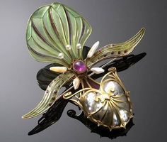 Brooch 1898 - 1901 Georges Fouquet Gold, pearls, mother of pearl, pliqué à jour enamel h. 10.0 cm UEA 21149