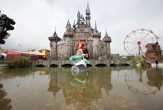 A Pequena Sereia defeituosa na frente de uma paródia do castelo da Cinderela