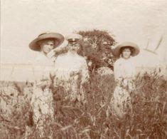 Grand Duchesses Olga Nikolaevna e Tatiana Nikolaevna, com um officer em 1912.