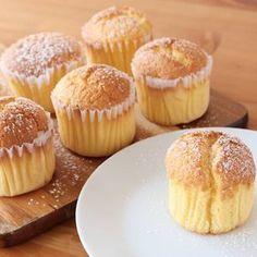 「ふんわりカップケーキ」の作り方を簡単で分かりやすい料理動画で紹介しています。ふわふわ食感で美味しい プレーンカップケーキです。お子様とご一緒に作っていただくときでも、アレンジがしやすいのでおすすめです。生クリーム、チョコソース、はちみつ、パウダー系などのトッピングで自分のオリジナルカップケーキ作ってみてくださいね。 Sweets Recipes, Cupcake Recipes, Baking Recipes, Cookie Recipes, Asian Desserts, Cafe Food, Almond Cakes, Sweet Cakes, Healthy Baking