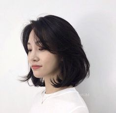 Improve The Look Of Your Hair With These Excellent Tips Medium Hair Styles, Curly Hair Styles, Asian Hair Medium Length, Korean Medium Hair, Hair Inspo, Hair Inspiration, Shot Hair Styles, Aesthetic Hair, Grunge Hair