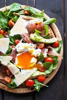 salade aux oeufs, épinard, fromage, tomates, petits plats en equilibres