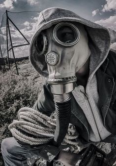 Photo shoots in studio & on location? Portrait, portfolio and band promo sessions in the Altiplano area. Gas Mask Art, Masks Art, Gas Masks, Dark Photography, Photography Props, Plague Mask, Foto Art, Creepy Art, Chernobyl