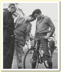 """""""Loving You"""" director, Hal Kanter presents Elvis with his new """"Hound Dog"""" bike for use around Paramount Studios, 1958 2 Movie, Movie Stars, Lund, Lancaster, Rock N Roll, Bicicletas Raleigh, Biking With Dog, Young Elvis, Monochrome"""