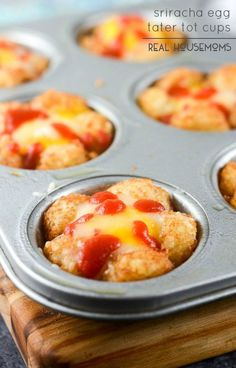 Sriracha Egg Tater Tot Cups are simple yummy breakfasts that you can eat on the go! Weekday mornings are CRAAAAZY. Everyone is trying to get ready and get out the door. The easiest thing to Best Breakfast Recipes, Savory Breakfast, Brunch Recipes, Breakfast Ideas, Brunch Ideas, Cooking Recipes, Egg Recipes, Recipies, Yummy Food