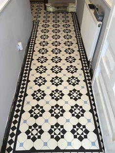 27 Cozy Victorian Small Hallway Floor Ideas - Page 25 of 26 - Modern Decoration Ideas Victorian Hallway Tiles, Edwardian Hallway, Victorian Mosaic Tile, Tiled Hallway, Edwardian House, Hall Tiles, Porch Tile, Hall Flooring, Flur Design