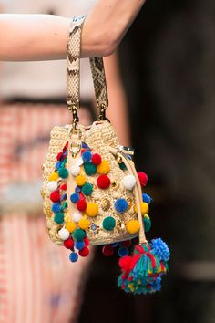 Tenho que lhe pôr pompons! :) Straight off the runways, the top bag trends for Spring Dolce & Gabbana, Diy Sac, Potli Bags, Do It Yourself Fashion, Boho Bags, Crochet Purses, Summer Bags, Knitted Bags, Handmade Bags