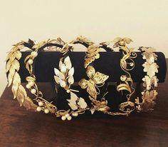Vinchas y tiaras qué nada tienen que envidiarle  a una corona y te hacen sentir como una verdadera reina!!!. Animate,  son lo más!!! @accesoriosguidobono