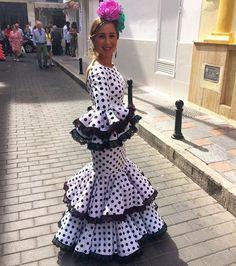 @mariquillanunez @flamencasconarte Traje de flamenca blanco con lunares negros