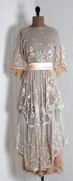 1910s dress, so pretty and feminine! I love this particular era.
