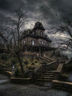 "Ich bin mir ziemlich sicher, dass dies das ""Bates Motel"" Haus in Disne… Abandoned Mansion For Sale, Haunted Mansion, Abandoned Mansions, Abandoned Buildings, Abandoned Places, Real Haunted Houses, Gothic Buildings, Spooky House, Creepy Houses"