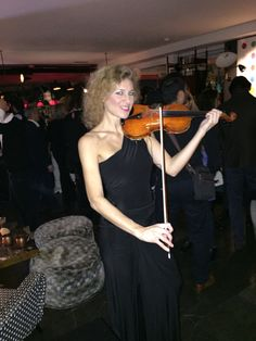@elsamartignoni super #violinist at #terrazza12 @brian&barry #building #people happy for her ! Best music #happybirthday