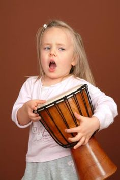 """Perché non preparare una canzoncina o una filastrocca da far ascoltare al papà, magari accompagnandosi con uno strumento? Quale modo migliore per dire """"ti voglio bene""""? http://quimamme.leiweb.it/famiglia/papa/prima-e-dopo-il-bebe/gallery-2011/festa-papa-3070570211_10.shtml#center"""
