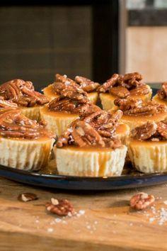Mini Philadelphia cheesecakejes met karamel en pecannoten Mini Key Lime Pies, Cake Recept, Cheesecake Cookies, Pie Cake, Mini Cheesecakes, Brunch, High Tea, Four, Food Inspiration