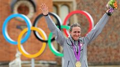 Kristin Armstrong of the U. acknowledges the crowd during her gold medal ceremony for winning the Women's Individual Time Trial Road Cycling event. Cycling News, Road Cycling, Olympic Cycling, Olympic Winners, Olympic Flame, Gold Medal Winners, 2012 Summer Olympics, Usa Gold, Olympic Athletes