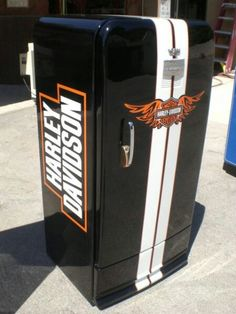 Harley Davidson fridge, how frickin awesome! Vintage Fridge, Vintage Refrigerator, Paint Refrigerator, Harley Davison, Garage Art, Man Cave Garage, Garage Ideas, Man Cave Fridges, Pompe A Essence