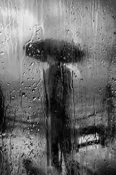Charismatique Reproduction by Saul Leiter. Irréel Reproduction by Saul Leiter. Saul Leiter, Walking In The Rain, Singing In The Rain, Street Photography, Art Photography, Rainy Day Photography, Levitation Photography, Exposure Photography, Artistic Photography