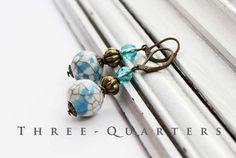大理石模様の  ♥♥手作り、ノスタルジックな、ロマンチックな♥♥ http://www.facebook.com/ThreeQuartersDesign  みすぼらしい、ヴィンテージスタイルで美しいイヤリング。白、大理石の水色で磁器pernen。ブロンズ色の中間パールとターコイズカットガラスビーズ。 ペンダントのサイズ3センチメートル イヤリングの合計サイズ約4.5センチメートル  結婚式の花嫁のための適切なスーパー、贈り物として、または自分だけが日常生活を飾るするため。  ♥私はイヤリングと一致したリング、ネックレス、ブレスレット、バングルやヘアバンドのためにあなたを作る♥  私の店から複数の商品を購入する場合、私は一緒に発送いたします。配送料は一度だけ支払われなければなりません。  ♥♥♥♥四分の三が、フェイスブックでの訪問 - ここにあなたも私の他の2店から、常に最新の作品を参照してください♥♥♥♥  http://www.facebook.com/ThreeQuartersDesign