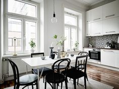A monochrome dining area in the kitchen of an elegant Swedish space . Entrance / Jonas Berg / Stil & Rum.