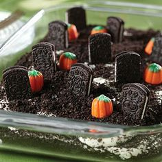 Cookie Dessert Halloween is coming! A cute Halloween dessert! Doing it this weekend! (Yes, I know it's super early.)Halloween is coming! A cute Halloween dessert! Doing it this weekend! (Yes, I know it's super early. Halloween Snacks, Plat Halloween, Comida De Halloween Ideas, Halloween Torte, Postres Halloween, Hallowen Food, Halloween Goodies, Halloween Graveyard, Easy Halloween Desserts