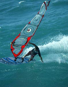 Dave Kalama, otro mito del windsurf / surf / SUP que pasó por Challenger, ganando con nosotros la Ho'okipa Aloha Classic de 1995. Gracias a esto somos la única marca europea que ha ganado esta mítica prueba de olas.