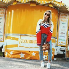 FashionTwinstinct Streetstyle - Hanging at the funfair! Retro vibes, &otherstories sweater, mom jeans, retro sweater, sneakers