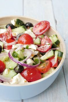 Schneller griechischer Salat mit Oliven und Feta – Bauernsalat Quick greek salad with olives and feta – farmer salad Healthy Recipes, Healthy Salads, Crockpot Recipes, Salad Recipes, Vegetarian Recipes, Healthy Eating, Clean Eating, Vegetarian Salad, Caprese Salat