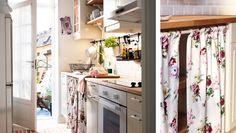 Veränderungsfreudige Küche mit FAKTUM Unter- + Wandschränken, STÅT Fronten + Vitrinentür in Elfenbeinweiß mit LINDSDAL Griffen + Knöpfen Por...
