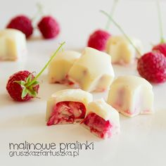 Cute, little raspberry pralines with white chocolate (in Polish) Chocolate Blanco, White Chocolate, Sweet Pastries, Confectionery, Fruit Salad, Macarons, Delicious Desserts, Raspberry, Food Porn