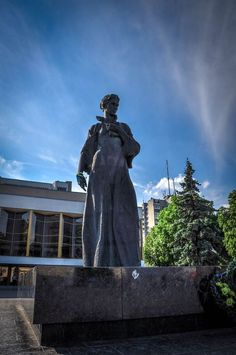 памятник Лесе Украинке в луцке