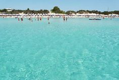 Porto Cesareo está localizado na costa do mar Jônico da península de Salento. É um importante destino turístico na área e é o lar da Área Marinha Protegida e Reserva Natural Regional Pântano do Conde e Costa Duna. Durante o verão, há um grande afluxo de celebridades por causa das águas cristalinas de suas praias, que lembram o mar do Caribe.  Fotografia: Hydruntum.