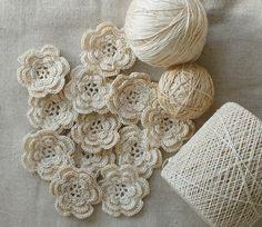 Wild Rose Vintage: Crochet Flowers and Rick Rack Roses in verschillende ecru tinten