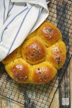 Si algo me gusta de los lunes es empezar la semana con una nueva receta. Y si es de pan, como estos panecillos de batata, es un lunes redondo. Receta Pan Brioche, Pan Bread, Crumpets, Cinnamon Rolls, Crackers, Donuts, Baking, Recipes, Food